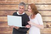 Casual couple using laptop together — Stock Photo