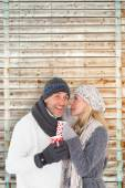 Couple in winter fashion holding mugs — Stock fotografie