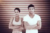适合年轻的夫妇,双臂穿过 — 图库照片