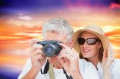 Vacationing couple taking photo against purple sky — Stock Photo