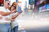 Couple taking photo against new york street — Stock Photo