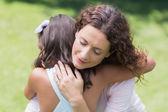 Happy matka a dcera objímat — Stock fotografie