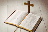 Open bible and wooden cross — Stockfoto