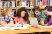 Студенты колледжа, делать домашнее задание в библиотеке — Стоковое фото