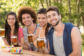 Happy friends in the park having beers — Zdjęcie stockowe