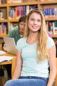 Kütüphane kız öğrencinin portresi — Stok fotoğraf