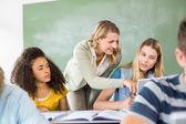 Sınıfta öğretmen yardım öğrenci — Stok fotoğraf
