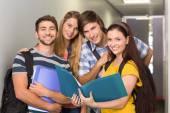 学生在大学走廊举行文件夹 — 图库照片
