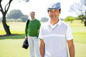 Golf Freunde lächelnd in die Kamera — Stockfoto