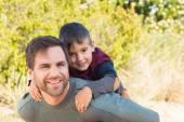 Pai e filho, caminhadas pela montanhas — Fotografia Stock