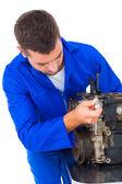 Hombre mecánico reparación motor — Foto de Stock