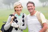 ゴルフ カップル笑顔とクラブを開催 — ストック写真