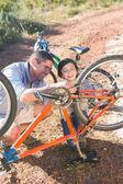 父と息子が一緒に自転車の修理 — ストック写真