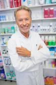 Starszy farmaceuta uśmiecha się do kamery — Zdjęcie stockowe