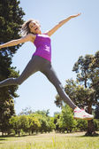 Fit woman leaping in the park — Stock Photo