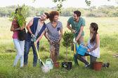 Amigos felizes para a comunidade de jardinagem — Fotografia Stock
