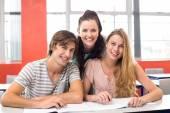 Estudantes universitários, sentado na sala de aula — Fotografia Stock
