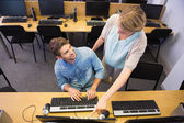 Students working on computer together — Zdjęcie stockowe