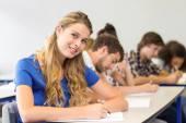 Studenten schreiben von notizen im klassenzimmer — Stockfoto