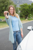 Young woman holding her key — Foto Stock
