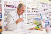 Receita de leitura farmacêutico sênior — Fotografia Stock