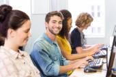 Étudiant, souriant à la caméra en cours d'informatique — Photo