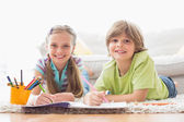 Portrait of happy siblings drawing — Стоковое фото