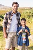 Pai e filho em uma caminhada junto — Fotografia Stock