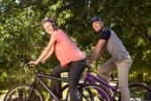 Lyckliga paret på en cykeltur — Stockfoto