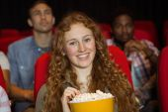 Jovens amigos assistindo a um filme — Fotografia Stock