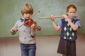 Students playing flute and violin in classroom — Stockfoto