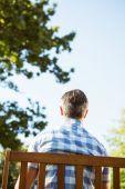 Homem sentado no banco do parque — Fotografia Stock