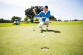 Golfista feminina colocando a bola — Fotografia Stock