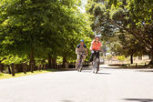 Happy couple on a bike ride — Stockfoto