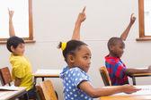 Élèves en levant la main en salle de classe — Photo