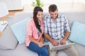 Para przy laptopie razem w domu — Zdjęcie stockowe