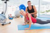Blonde woman working on exercise mat — 图库照片