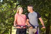 Couple heureux sur une balade à vélo — Photo