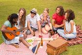 Szczęśliwy przyjaciółmi w parku pikniku — Zdjęcie stockowe