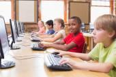 Lindos alumnos en clase de informática — Foto de Stock