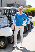 Female golfer beside golf buggy  — Stock Photo