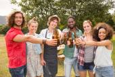 Mutlu arkadaş parkta Barbekü partisi — Stok fotoğraf