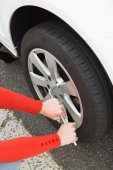 Woman replacing tire  — Stock Photo