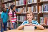 かわいい生徒のゆんたくで本を探して — ストック写真
