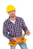 Sonriendo handyman explotación cinta métrica — Foto de Stock