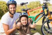 Father and son on a bike ride — Stok fotoğraf
