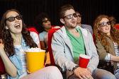 Jonge vrienden kijken naar een 3d-film — Stockfoto