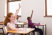 学生在上课时举手 — 图库照片