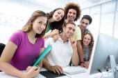 Alunos em aula de informática a sorrir — Fotografia Stock