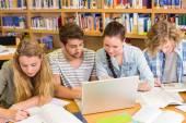 Studenten huiswerk in bibliotheek — Stockfoto
